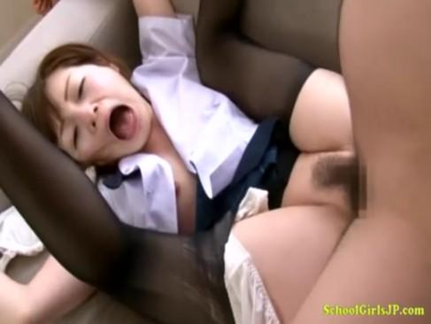 童顔で純情そうな色白むっちり娘がおまんこをハメられて悶絶絶叫している潮吹き抜ける動画