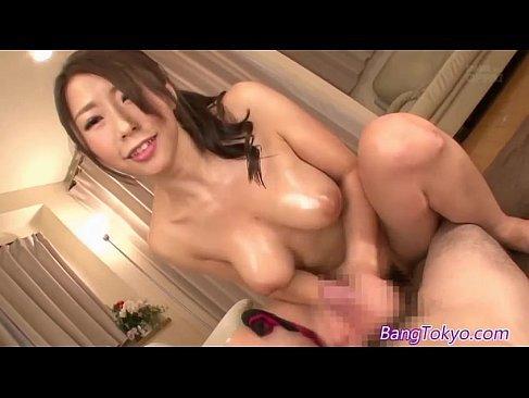 妖艶な笑みを浮かべ巨乳を揺らしながら手コキする篠田あゆみがエッチな無臭せい動画 美女