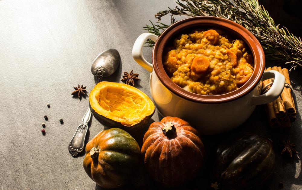 Un ragoût marocain sain avec des courges de butternut, des carottes, des patates douces et des lentilles.