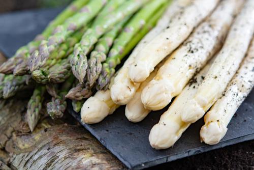 asperges blanches et vertes, légumes d'avril au supermarché Marché Frais