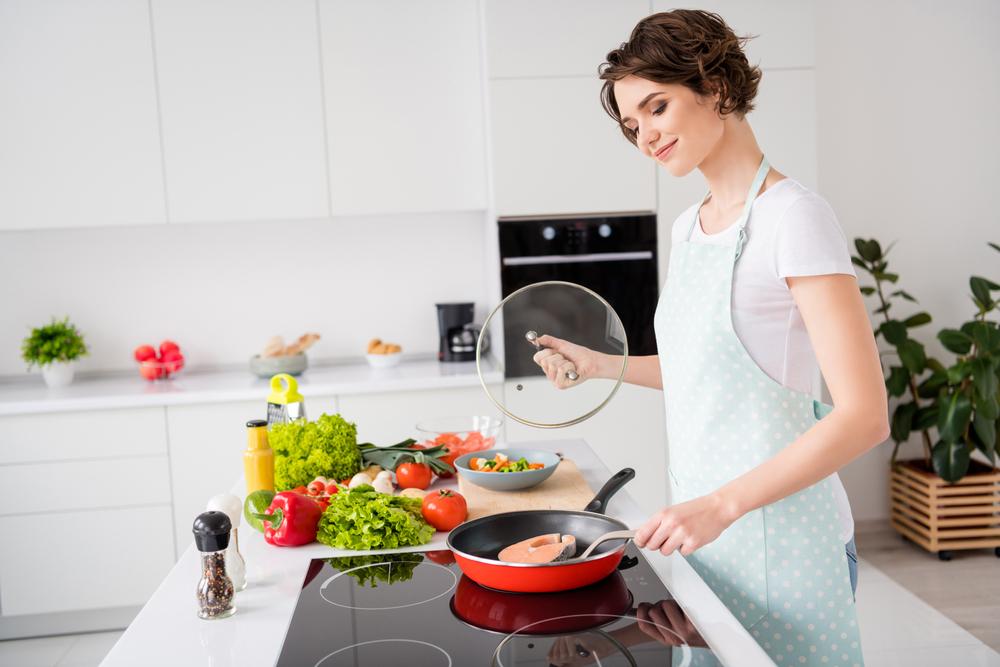 femme qui cuisine pour apprécier manger des légumes