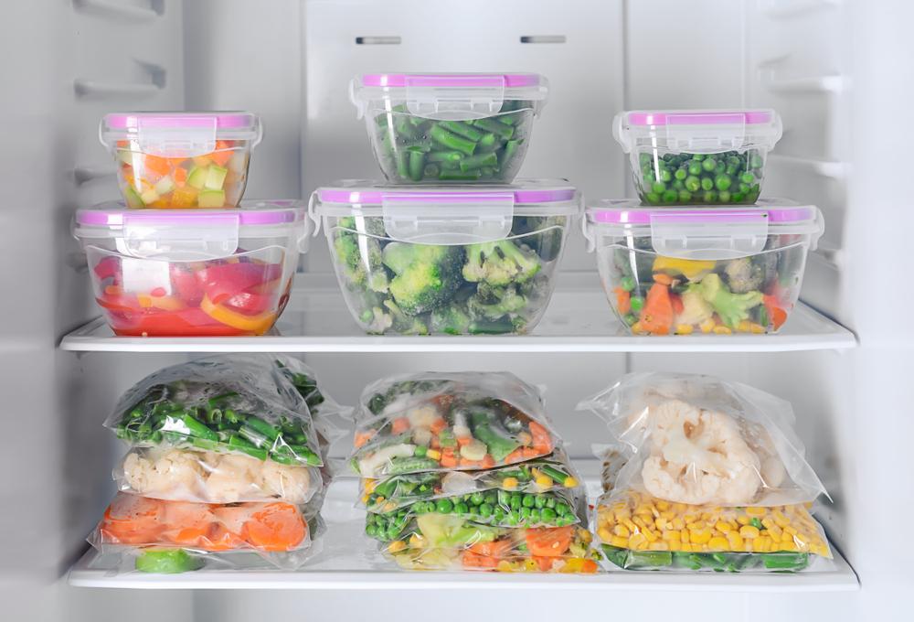 boites au réfrigérateur contenant des préparations aux légumes frais