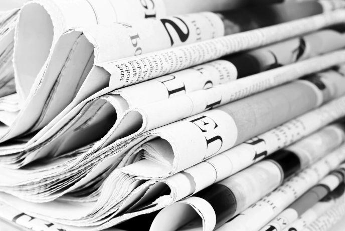 periódicos apilados