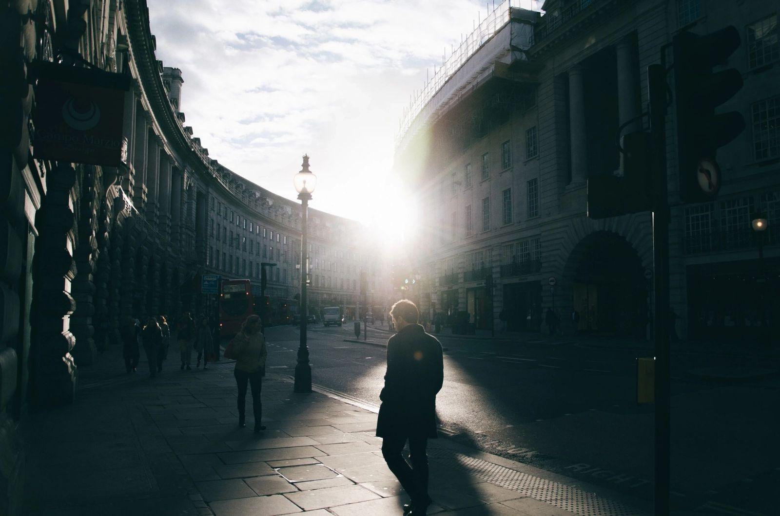 Persona caminando en un paisaje urbano un poco sombrío