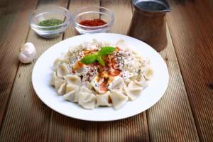 Manti-türkische Teigtaschen mit Joghurtsauce
