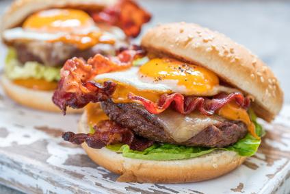 Burger mit Speck und Spiegelei