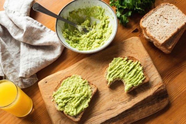 Frühstückstoast mit gestampfter Avocado