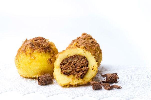 Mehlknödel mit Schokolade und Nüssen gefüllt