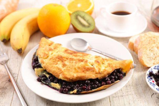 Omelette mit Heidelbeeren gefüllt