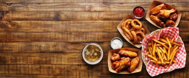 Chicken Wings mit Pommes und Zwiebelringen