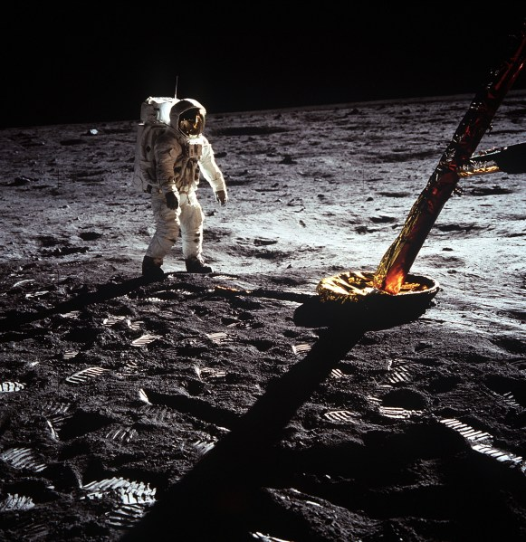 Apollo_11_mission_21_July_1969_-_Astronaut_walking