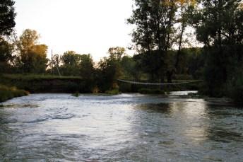 Просто подвесной мостик через речку