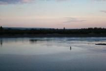 Несколько мужчин стояли посреди реки и ловили рыбу. Чуточку фантасмагорическое зрелище.)