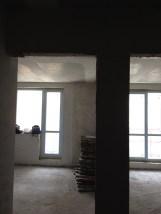 Такой вид открывался при входе в квартиру. Слева устроим жилую комнату спальню, справа кухню с зоной для посиделок с гостями.