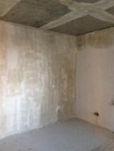 Прогрунтованные стены и потолок