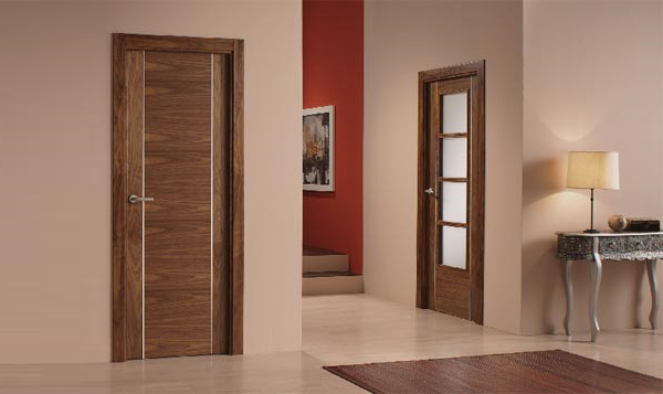 Шпонированная дверь в интерьере