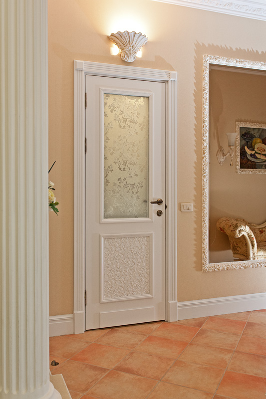Белые двери отлично сочетаются с лепным декором