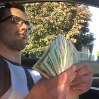 """""""Mi-am luat masina de 30.000$, cash"""" S-a laudat pe Facebook ca are bani, postand o poza cu un teanc de bani in mana, insa nu si-a dat seama ce avea pe genunchi si s-a facut de ras. Detaliul care l-a facut sa intre in pamant de rusine"""