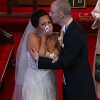 Erau în biserică, se căsătoreau, când mirele a întrerupt totul și i-a spus preotului să se oprească. S-a întors cu spatele la el, dar când a văzut și mireasa ce era acolo, a început să plângă în hohote. Nimeni nu-și putea imagina ce a urmat