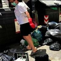 In plina criza a deseurilor in Roma, o romanca risca sa fie amendata pentru ca a strans gunoiul de pe strada