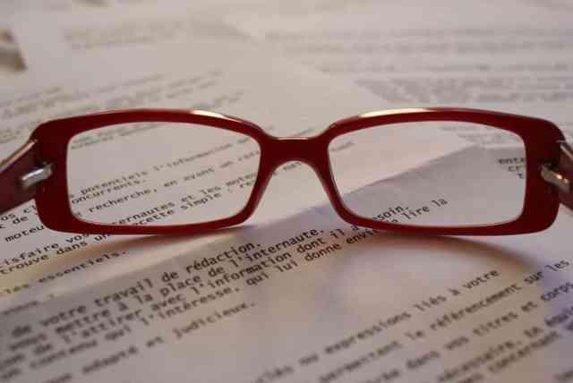 Rdeča očala in besedilo v francoščini