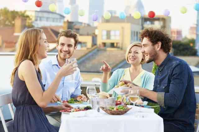Slavnostna večerja se lahko sprevrže v sproščeno druženje s prijatelji