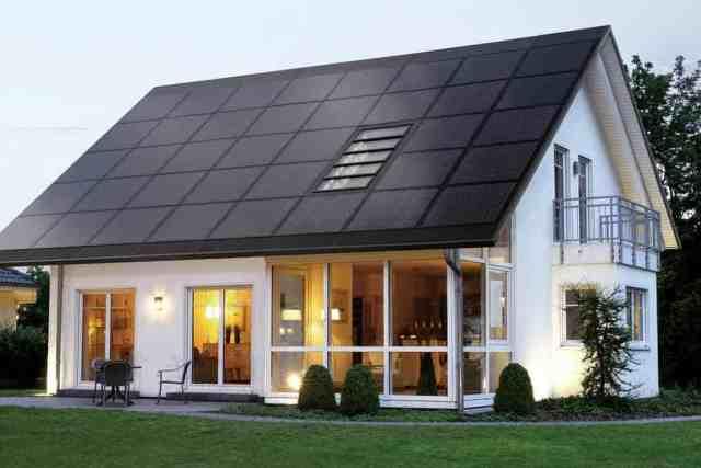 sončna elektrarna cena moderna hiša streha