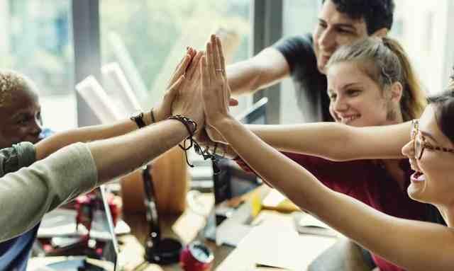 team-building-sproscenost-smeh-zabava-izven-delovnega-okolja