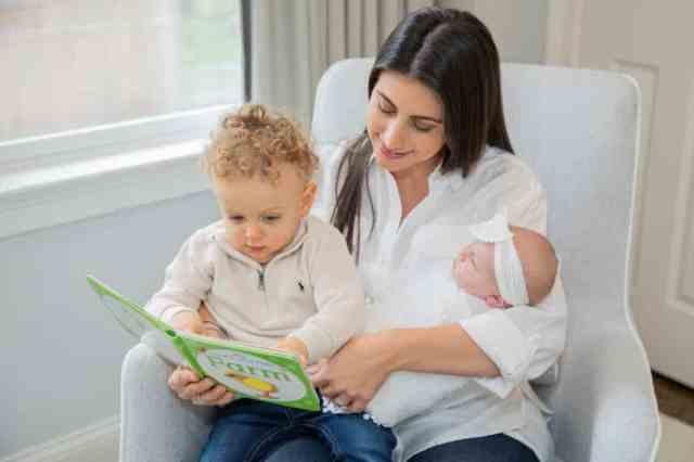dojenček z družino med vsakdanjimi opravili