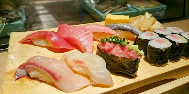 Ett sushi-lunchset i Tokyo