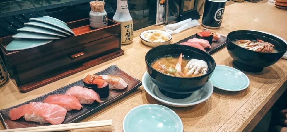 Sushi på tonfisk och miso-soppa med krabba