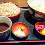 Ett lunchset med kalla soba-nudlar och tillbehör