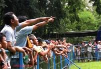 Asyik mensuport burung berlaga pada lomba burung Solo Kota Budaya 2012