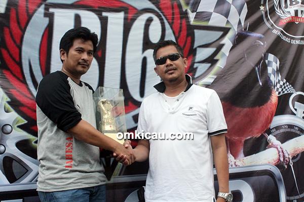 Om Bonni N (kanan) menyetujui pinangan Om Yudi (kiri) terhadap Murai BatuBlack Dragon (Omkicau.com)