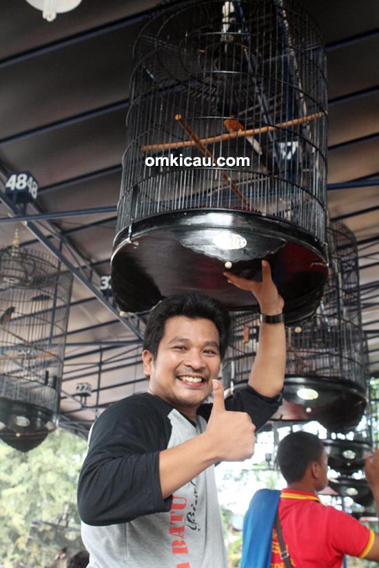 Om Yudi saat menggantang Murai Batu barunya (Omkicau.com)