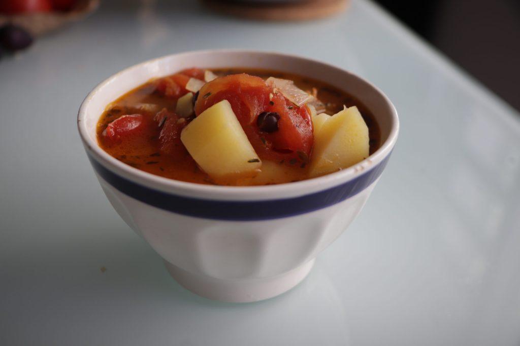Bol de soupe de haricots noirs, tomates et pommes de terre