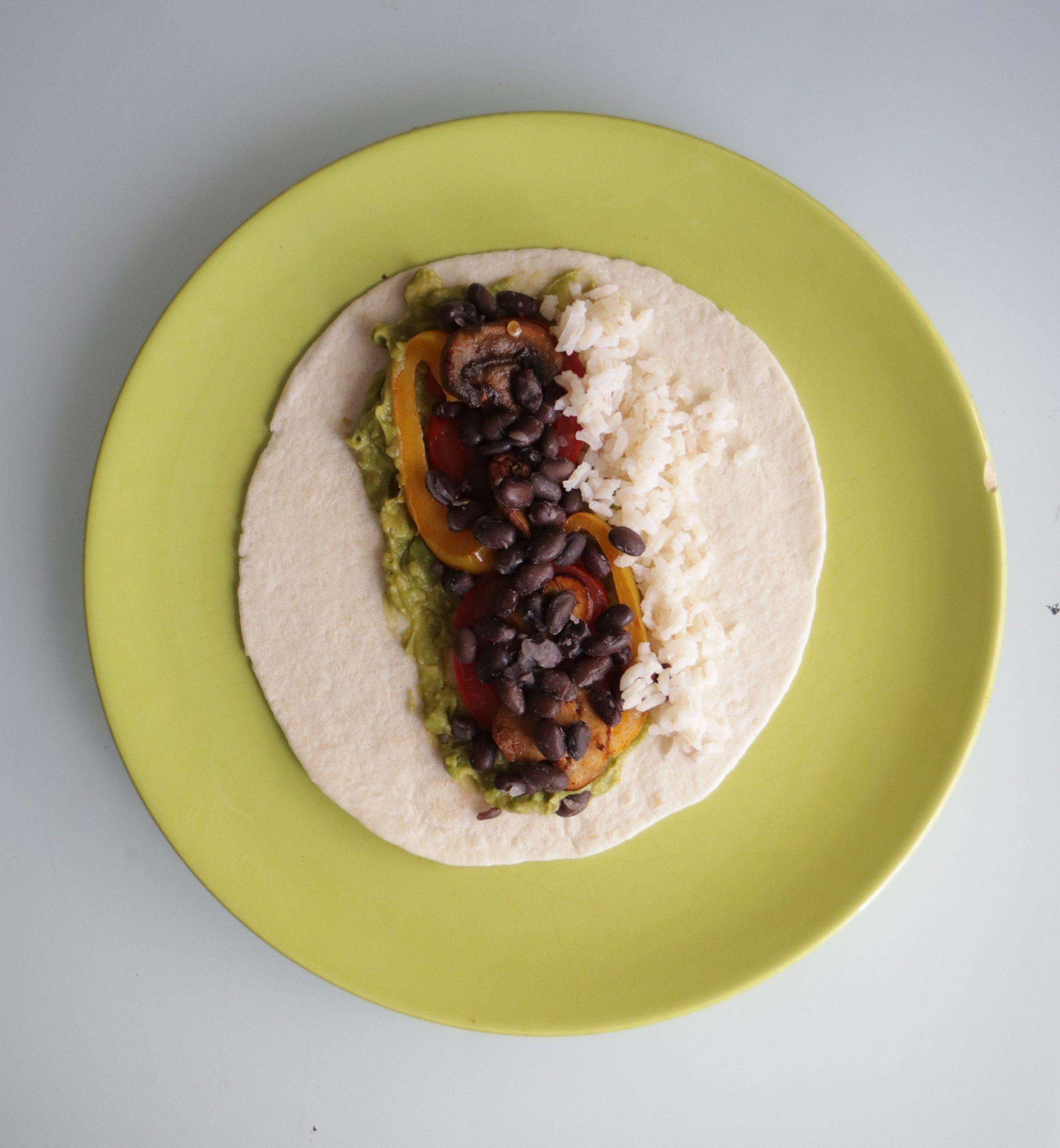 Burrito aux haricots noirs garni et ouvert