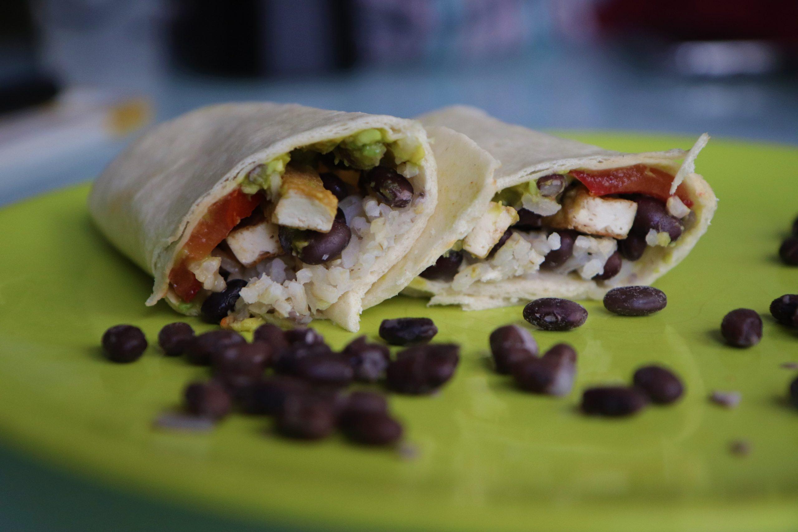Burritos aux haricots noirs coupé en deux