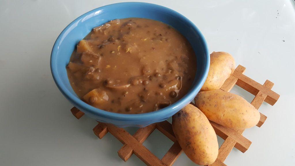 Bol de soupe épaisse de lentilles vertes et pommes de terre
