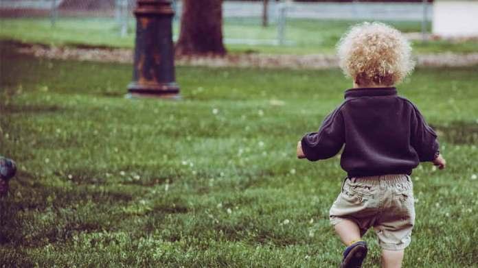 赤ちゃんが歩く時期は平均でいつ頃?歩くまでの前兆や歩く練習方法は?