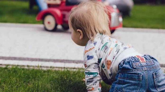 赤ちゃんのつかまり立ちの目安はいつ?見守る親が気を付けたいことは?