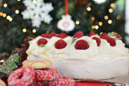 christmas-pavlova-wreath-recipe-berries-marcarpone-cream-easy-yogurt-eggs