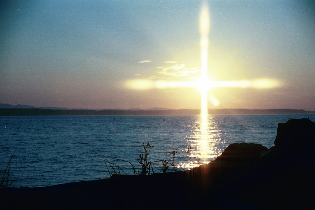 The living cross and invisible beings of light
