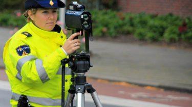 Om aan politie controle te ontkomen rijdt een voertuig 150 kilometer per uur over Waterlandseweg