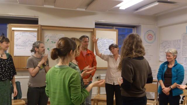 Sophy Banks välsignar utbildargemenskapen I Sverige.