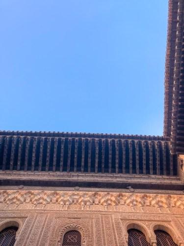 Innenhof in der Alhambra mit blauem Himmel