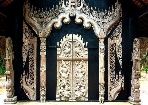puertas-del-templo-negro-Chiang-Rai