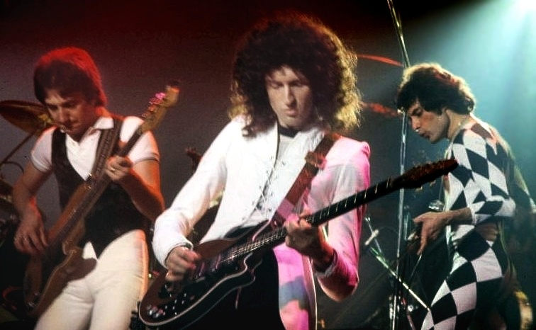 Queen performing 1977