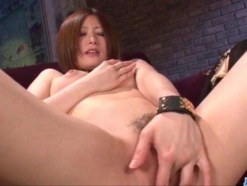 ギャル系女優の春香ルリが巨大ディルドーをおまんこに挿入して腰を振りまくってるオな二ー動画
