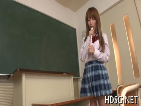人気AV女優の杏樹紗奈が大好きな先輩のリコーダーをおまんこに挿入しちゃってるオナニー動画